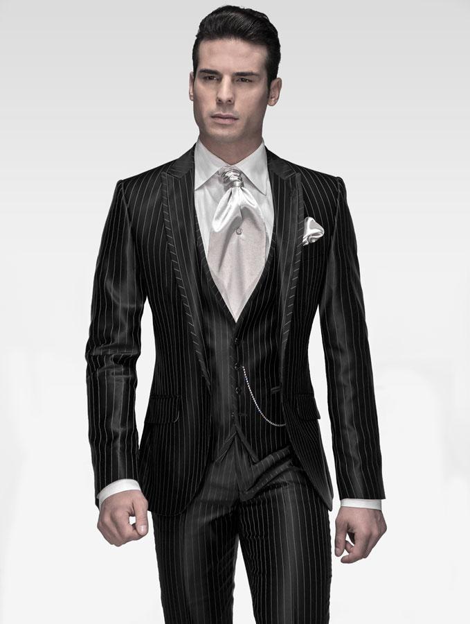 Traje de novio tres piezas de raso negro con raya plata con vivos al visé coordinado con ascot y pañuelo de raso plata. Camisa blanca microfibra con cuello