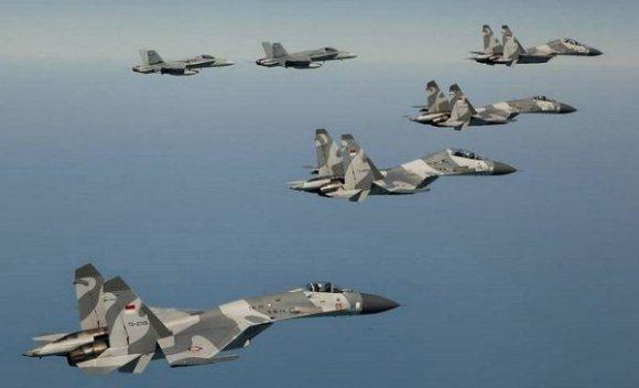 F/A 18 Super Hornet dan Sukhoi terbang bersama