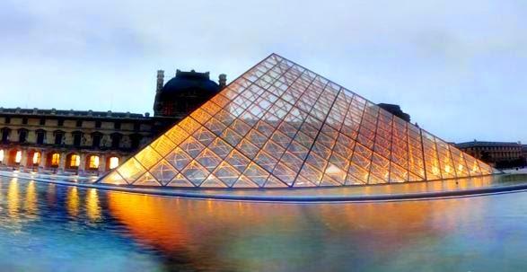 Fotografia della piramidre di vetro al museo del Louvre di Parigi.jpg