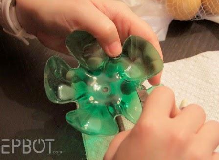 Karya Kerajinan Tangan Unik Dudukan Aksesoris dari Botol Plastik Bekas 5