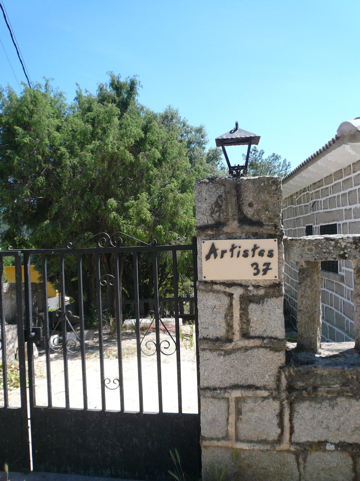 otro encargo un cartel de cermica para la fachada de una casita de piedra lleva el nombre de la calle y el nmero