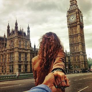 chica jalando de la mano a su novio en Londres