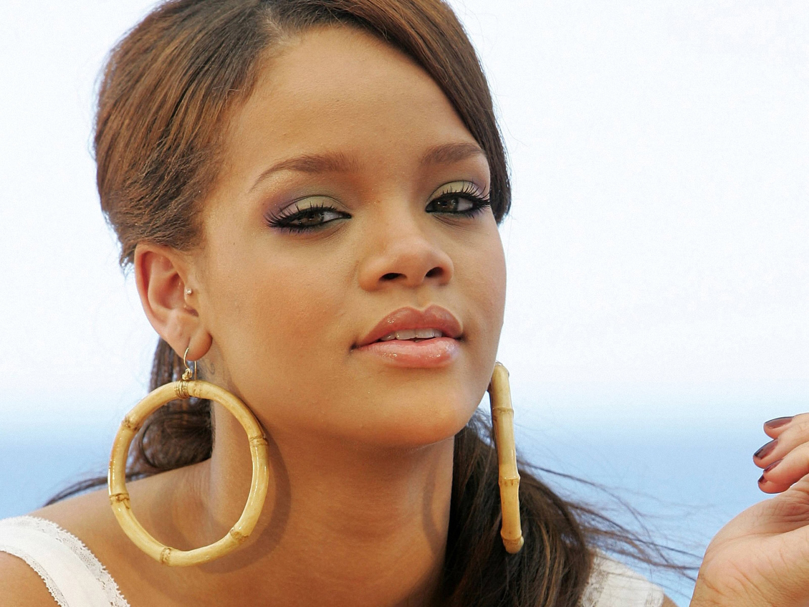 http://3.bp.blogspot.com/-1TT-XE_-w3Q/T7VYMC6f22I/AAAAAAAAA4U/RfAiw8-QwyY/s1600/Rihanna+Wallpapers+for+Windows+03.jpg