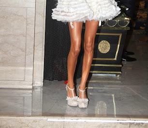 Tini Stoessel con zapatos de Ricky Sarkany. Personajes del año 2014. Revista Gente.