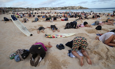 400 people at Syndey's Bondi Beach poking fun at the Australian government's ignorance of climate change