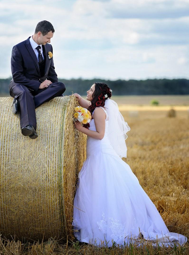 vestuvių nuotraukos su šiaudų ritiniais