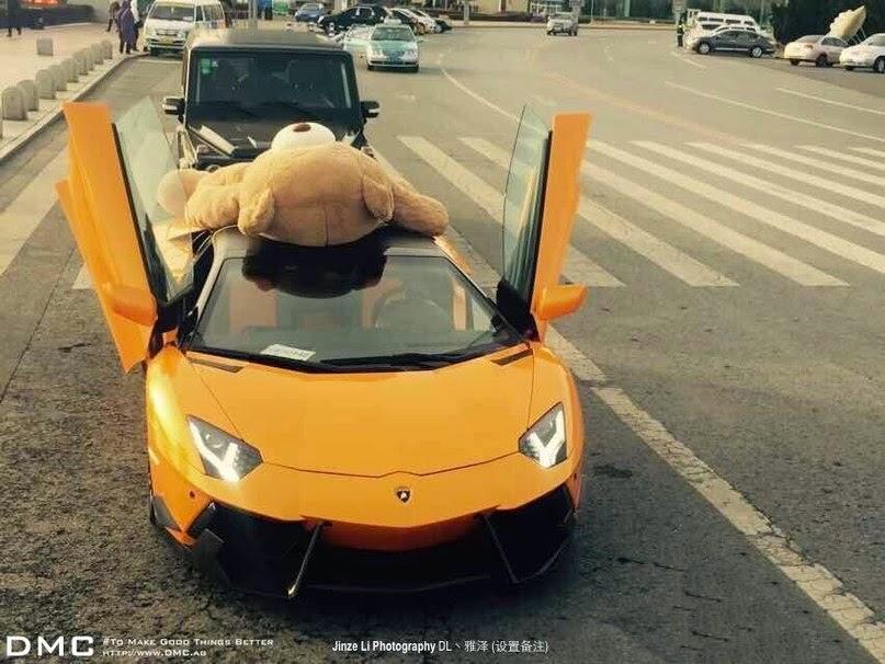 دمية تيدي بير ضخمة فوق سيارة لمبرجيني أفنتادور