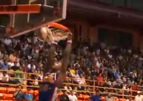 شاهد بالفيديو....لاعب كرة سلة ينجو من الموت بأعجوبة داخل الملعب - Scary Hoop Collapse on Globetrotter, Shatters Backboard