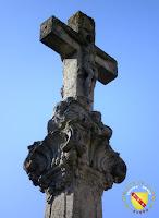 Vitrey - Croix monumentale du cimetière : Christ en croix