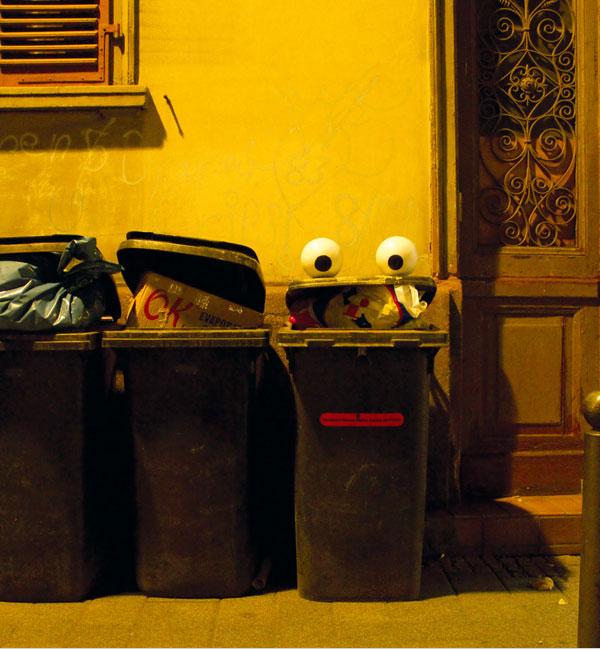El arte de colocar ojos de caricaturas en objetos de la vida urbana ...