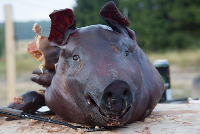 kokonainen savuastettu, grillattu sika