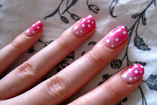 unhas rosas com bolinhas brancas