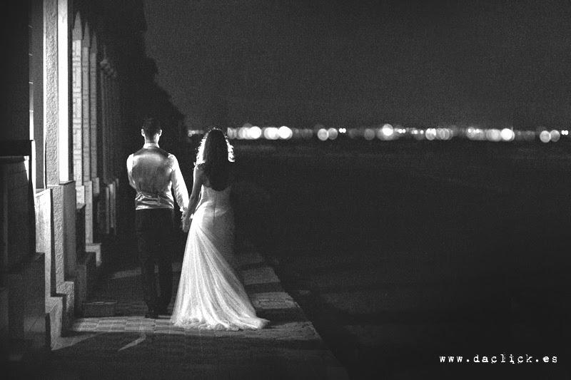 vestido de novia de pronovias de espaldas  - traje de novio de espaldas de fran rivera