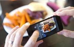 foto di cellulare che fa una foto ad un piatto di pasta