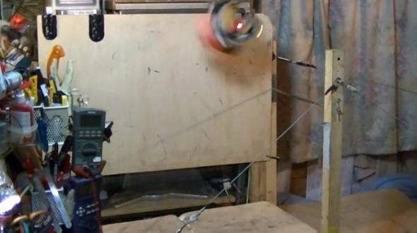 Jovem constrói robô caseiro que faz um quádruplo backflip (video)
