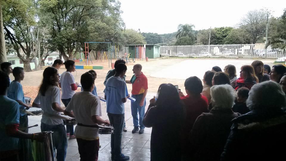 A Banda da Escola Arnaldo Faria recebendo Manoel Ianzer