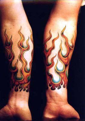 Tatuaje llamas en los antebrazos