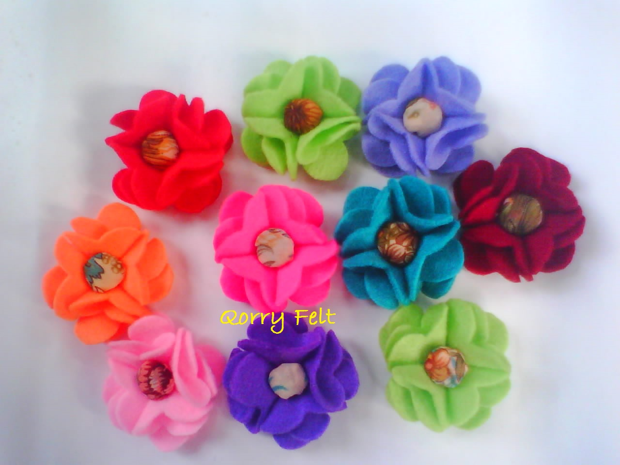 gambar bros bunga dari kain flanel