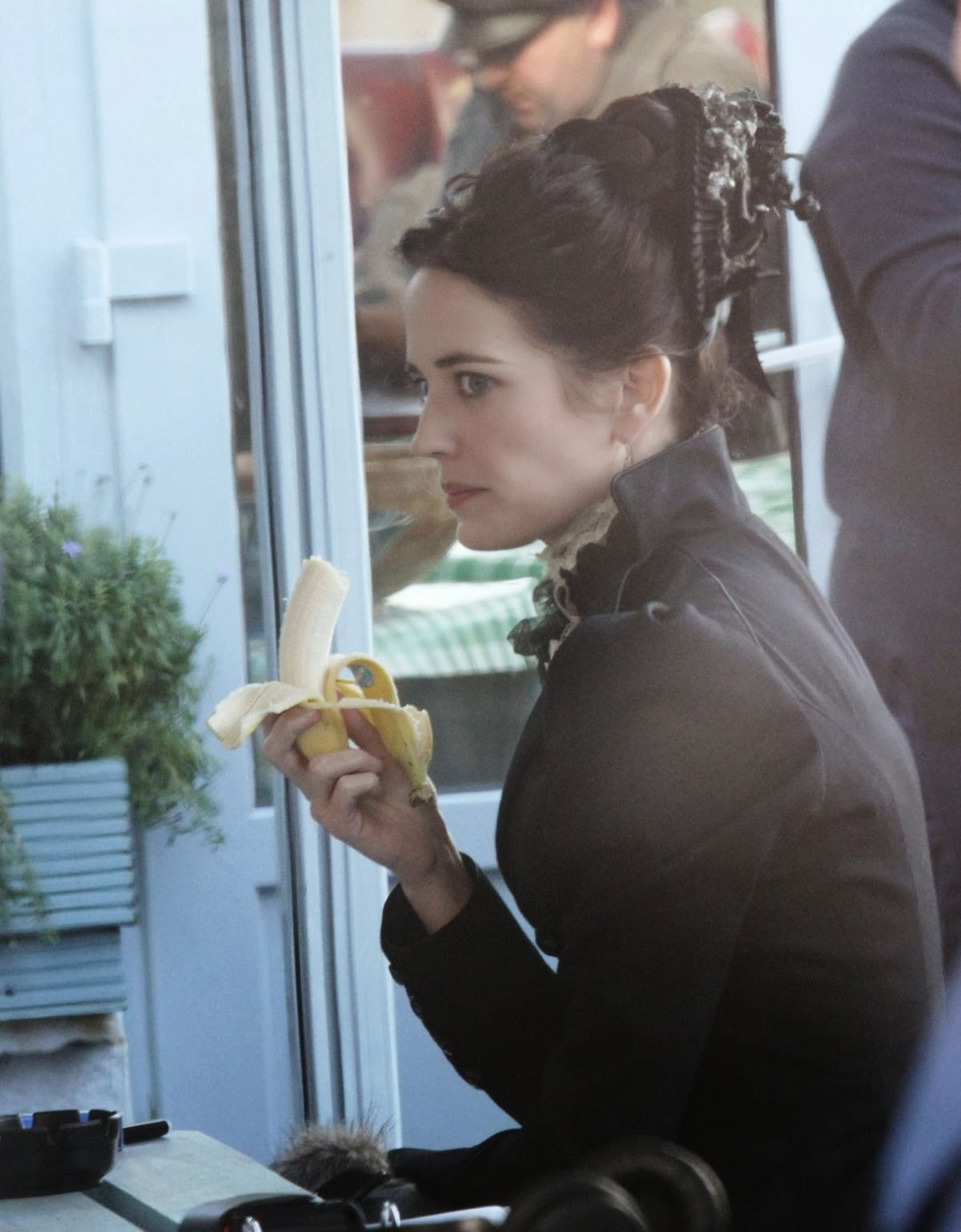 http://3.bp.blogspot.com/-1YJRFl5fipY/Ut2KXMeVIKI/AAAAAAAAQgw/i2L_731XqtQ/s1600/eva-green-on-the-set-of-penny-dreadful-in-ireland_1.jpg