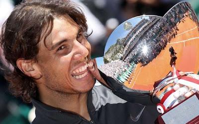 El tenista Nadal posa con su octavo título en Montecarlo