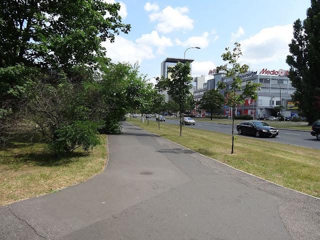 Chodnik na ulicy Ostrobramskiej.