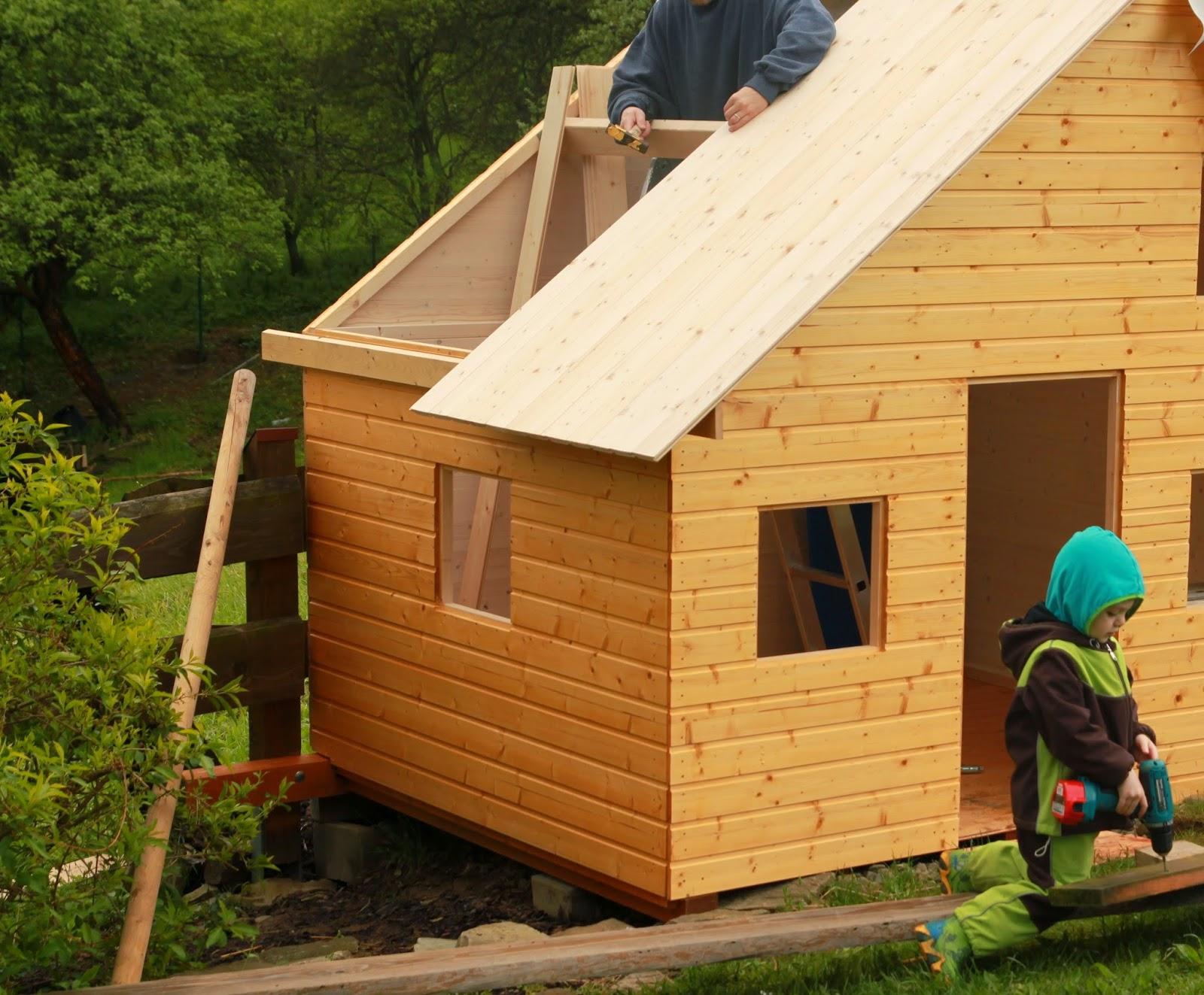 pokládání střechy domečku