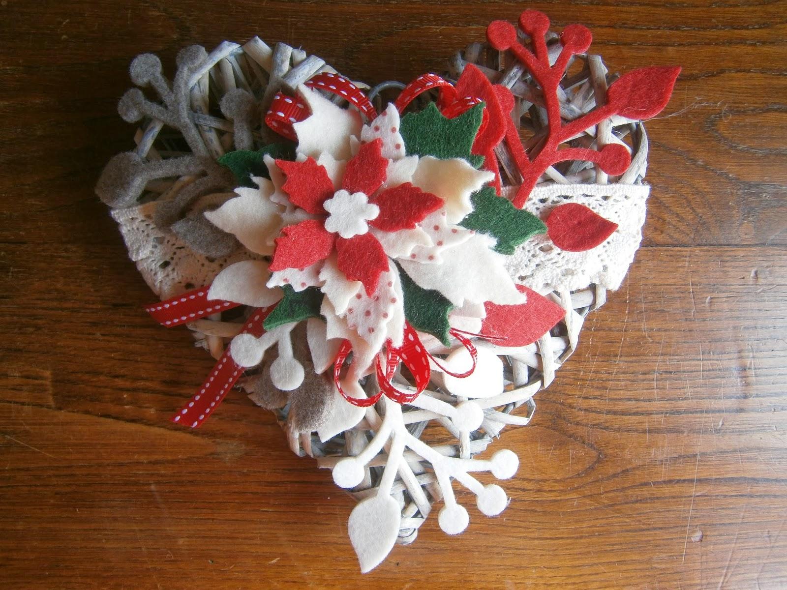 cuori di legno con fioru : Qui ho voluto mettere un po di rosso che a Natale ci sta sempre! =)