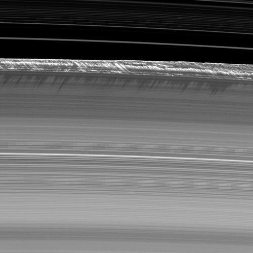 Вертикальные структуры в кольцах Сатурна