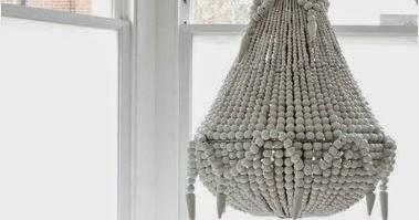 les lustres en perles de bois caract rielle. Black Bedroom Furniture Sets. Home Design Ideas