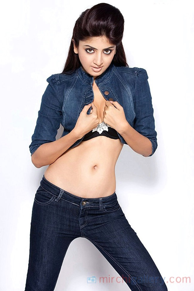 Hot Poonam Navel Show