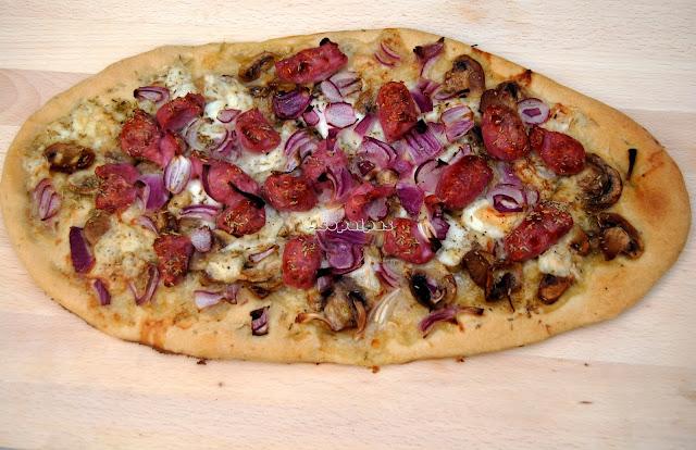 Pizza de Salchichas, Cebolla Roja y Champiñones