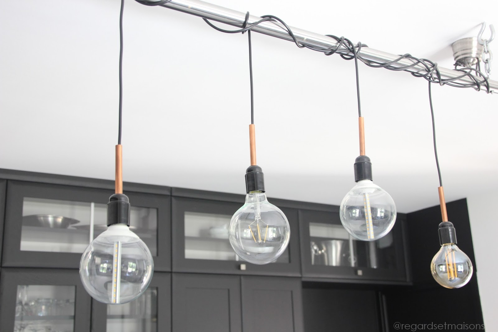 Regardsetmaisons comment j 39 claire ma cuisine avec une - Comment installer une lampe au plafond ...