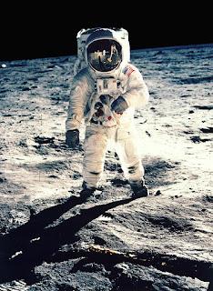 Foto De Primer Hombre En La Luna En Su Traje Lunar