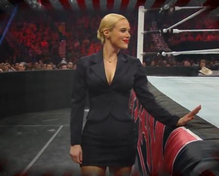 Lana apoyando a su novio o esposo rusev mientras lucha en la edición de WWE RAW el lunes en la noche