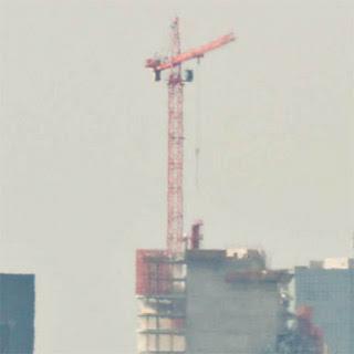 Башенный кран на строящемся небоскрёбе в Париже.