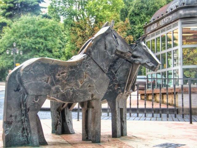 Escultura Caballos asturcones de Manuel Valdes en la Plaza de la Escandalera de Oviedo – Al fondo, La Maternidad de Botero