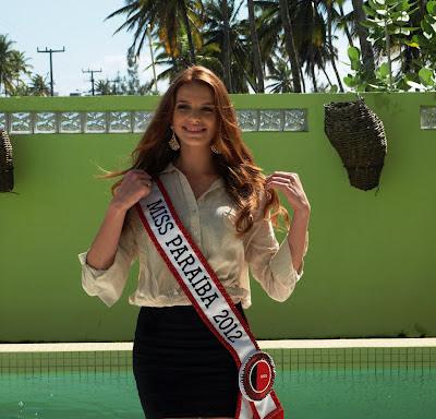 A bela Natália Oliveira esbanja segurança, beleza e sensualidade no Teatro Santa Roza e leva o títu