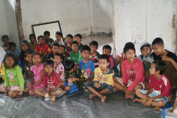 Anak-anak Yatim Desa Sayar pada Acara Santunan Dompet Yatim