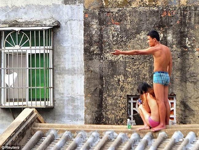 Pernikahanya Tidak Direstui, Pria Ini Menyandera Pacarnya Dengan Telanjang Dan Naik Ke Atap