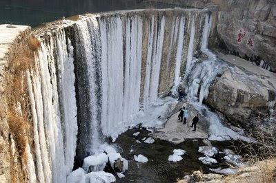 Inilah Keindahan Air Terjun Beku [ www.BlogApaAja.com ]