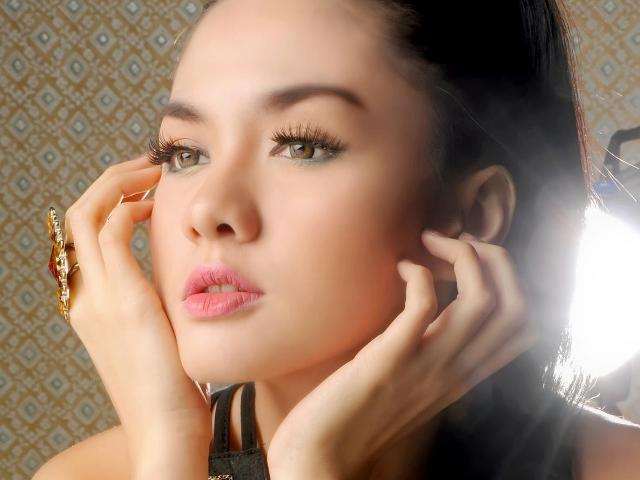 10 Artis Indonesia Paling HOT 2012