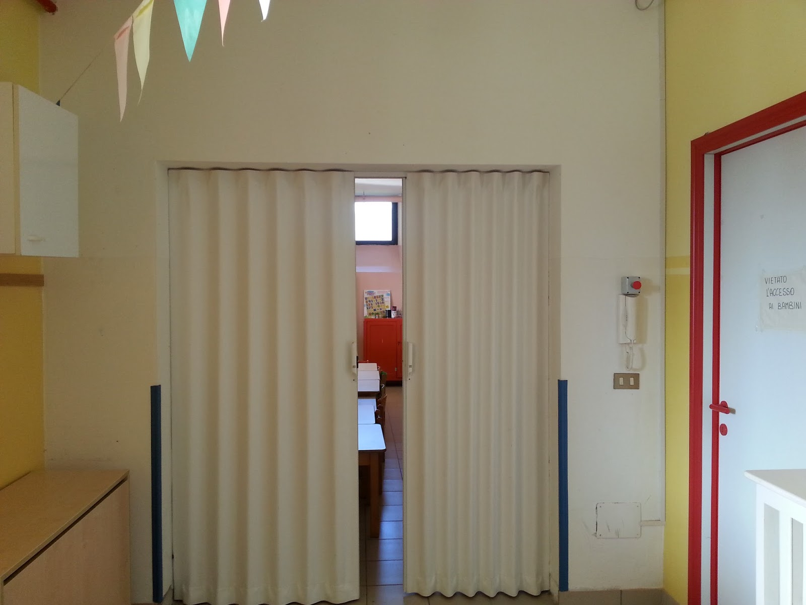 porte a soffietto: Porta a soffietto in ambiente scolastico