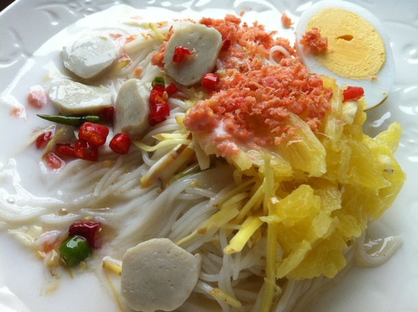 Easy Thai noodle recipe –Rice vermicelli with pineapple and coconut milk sauce