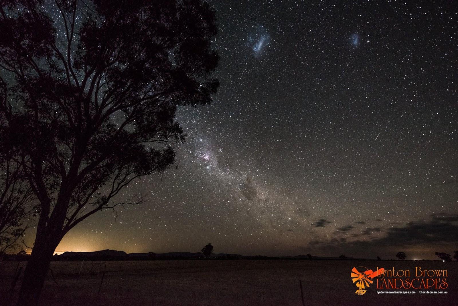 Một vệt sao băng Geminid trên bầu trời đặc trưng ở nam bán cầu với hai đám mây Magellan. Đây là tấm hình phơi sáng 30 giây bởi tác giả Lynton Brown chụp ở Horsham, nước Úc vào rạng sáng 14 tháng 12 năm 2014.