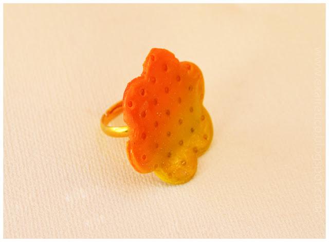 Χειροποίητο δαχτυλίδι λουλούδι με υγρό γυαλί, fimo σε πορτοκαλοκίτρινο χρώμα