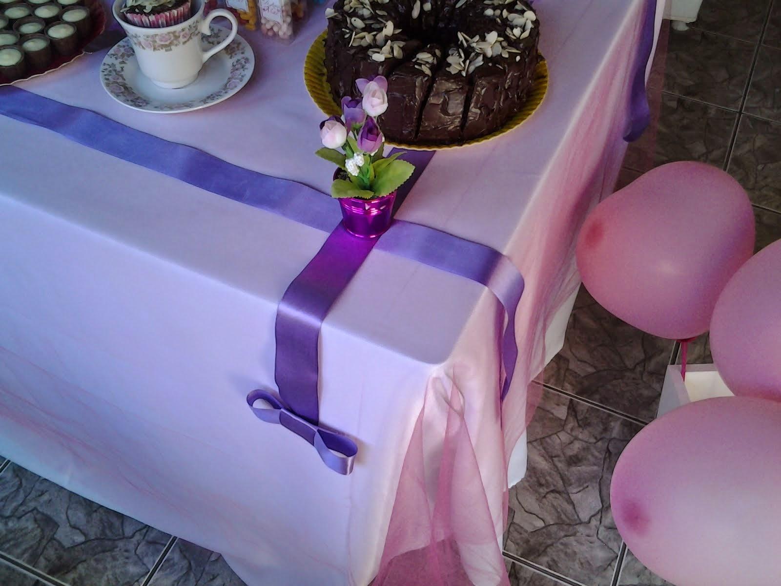Mesa decorada com fitas de cetim. (chá da tarde).