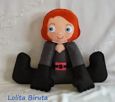 Boneca viúva negra em feltro