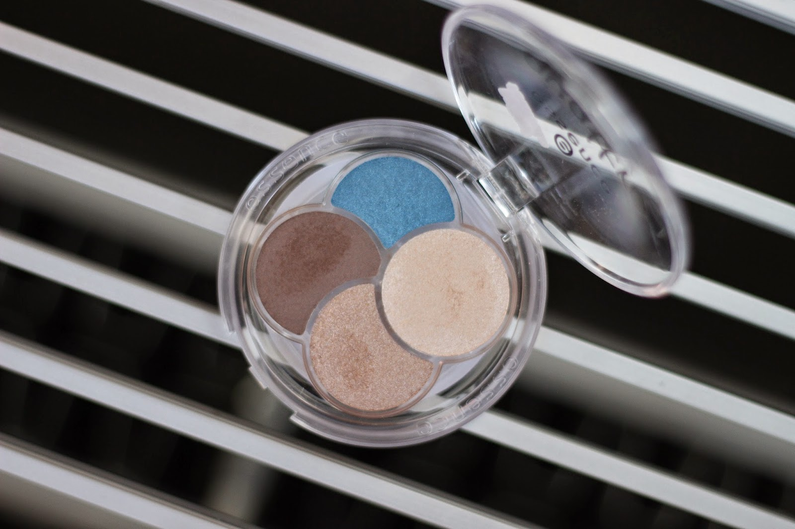 review look essence quattro eyeshadow down to earth