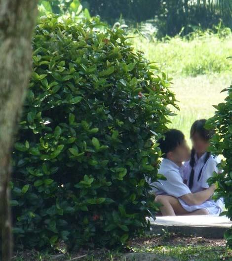 Gambar) Adegan 'henjut' sepasang pelajar sekolah menengah dalam semak ...