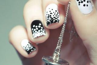Diseños de uñas pintadas con puntitos
